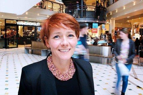 TILBYR PAPIR: Senterleder Veronica Evertsen forteller at de ønsker å rette fokus mot unødvendig plastbruk. Arkivfoto: Linda Vaeng Sæbbe.