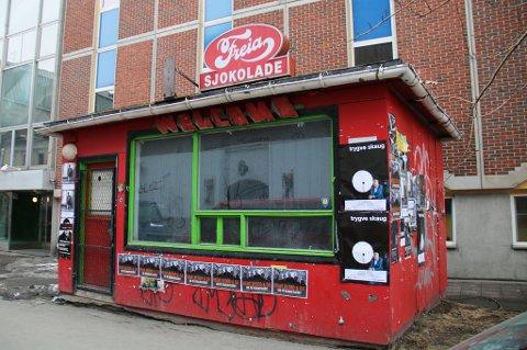 VIL RIVE: Markus Rotvolds kiosk var sist i bruk som kunstarena. Nå vil kommunen rive den gamle bykiosken ved Macks bryggeri.