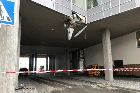 TABBE: Fasaden på Framsenteret har fått seg en smell etter at en kranbil kom borti bygget like før klokken 13 tirsdag. Foto: Jørn Normann Pedersen