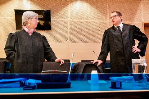 INGEN RETTSSAK: Bistandsadvokat Helen Annie Jenssen og statsadvoktat Hugo Henstein skulle møte i retten i neste uke. Det blir det ingenting av, etter at voldtektstiltalen mot en 27-årig taxisjåfør nå er henlagt.
