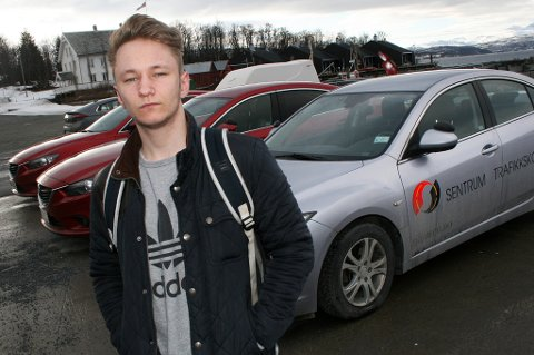 SURT: Joakim Fjæreide (18) er nesten ferdig på kjøreskolen, men må vente lenge på oppkjøring.