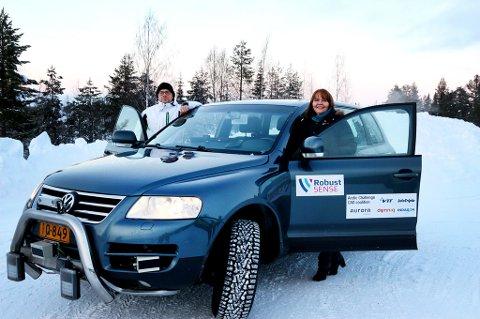 Her er Stefan Söderholm, Gunn Sissel Dobakk og testbilen som på ulike måter registrerer hvor den er. Foto: Statens vegvesen