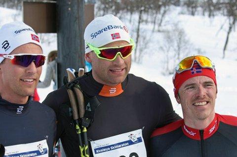 GÅR REISTADLØPET: Landslagsløper og to ganger verdensmester i stafett, Niklas Dyrhaug (midten), går Reistadløpet fra Setermoen til Bardufoss i stedet for NM-femmila i Alta lørdag. Her med Didrik Tønseth (t.v) og Snorri Einarsson (t.h) i forbindelse med Jan Tore Skjærviks minneløp.