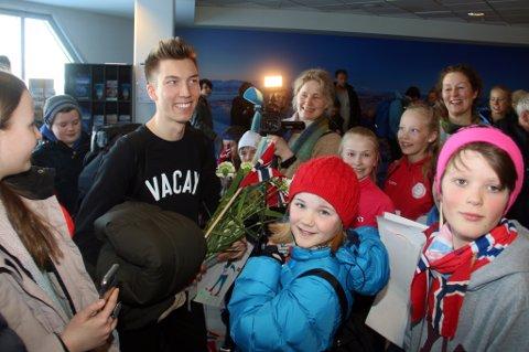 MØTTE HELTEN: En stor gruppe elever fra Johann André Forfangs gamle skole på Slettaelva hadde møtt opp for å ønske 22-åringen velkommen hjem til Tromsø som olympisk mester for aller første gang.