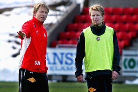 SAMMEN PÅ SCENEN: Steinar Nilsen og Tom Høgli i forkant av 16. mai-oppgjøret mot Bodø/Glimt i 2008-sesongen. Knappe ti år senere inntar de sammen scenen på HT i Tromsø når Fotballklubben kommer på besøk.
