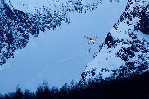 ENNÅ FARLIG: Både NVE og HRS advarer før nok en helg med stor snøskredfare i nord. Torsdag gikk det flere skred i Rotsunddalen i Nordreisa, der blant annet helikopter var i sving for å finne ut om noen var tatt.