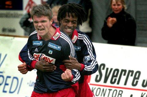 GLAD GUTT: Engasjement hadde Gaute Ugelstad Helstrup, her med Leo Olsen, også som spiller. Med litt mer gråtoner i håret gjester Helstrup denne uka vår fotballpodkast, og vi er svært interesserte i spørsmål.
