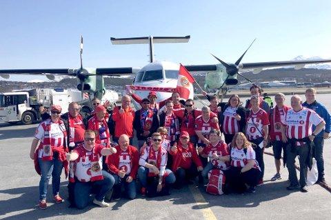 PÅ VEI: Her er Isbergets medlemmer på flyplassen i Tromsø på vei til Bodø 16 mai.