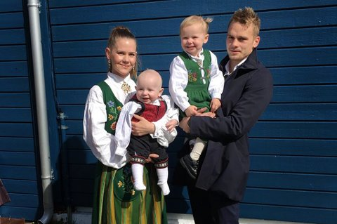 I går var han med å slå Bodø/Glimt. I dag koser Kent-Are Antonsen seg sammen med familien i goværet. F.v. Tina Gjøvik, Julian (6 mnd.), Nellie (2,5) og Kent-Are Antonsen. Foto: Privat