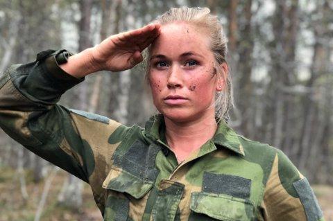 I KONGENS KLÆR: Det er ikke vanskelig å se på Silje Theodorsen at hun har lagt mye innsats i hinderløypa på Setermoen.