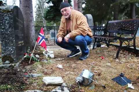 OPPRØRT: Svein B. Nilsen oppdaget hærverk på flere graver i Tromsø gravlund fredag kveld.