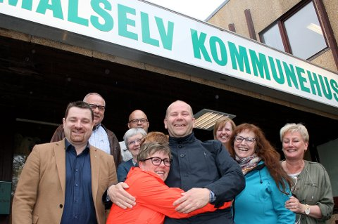 VEKSTJUBEL: Ordfører Nils-Ole Foshaug (midten) og en glad gjeng på kommunehuset i Målselv.