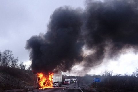 UTBRENT: Bilvraket ble fullstendig utbrent etter ulykken sør for Abisko på fredag. Et par fra Troms omkom.