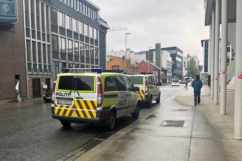 RYKKET UT: Flere politibiler parkerte utenfor kinoen tirsdag ettermiddag. Politiet tok med seg en mann som nektet å forlate kinoen. Foto: Astrid Øvre Helland