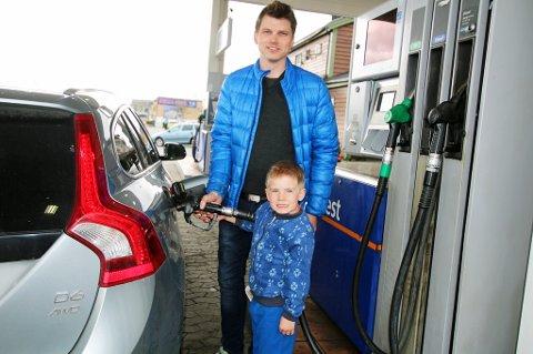 TANKEHJELP: Tommy Schjølberg lot seg ikke sjokkere over prisen på drivstoff ved Best på Kvaløysletta. Sønnen Tobias hjelper med å fylle tanken, og trenger ikke bekymre seg over betalinga.