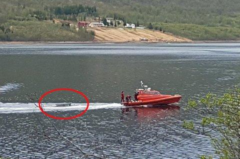 JOLLE: Brannbåten rykket ut fra Tromsø etter båtvelten i Ramfjord søndag kveld. En utenlandsk statsborger ligger kritisk skadd på UNN.
