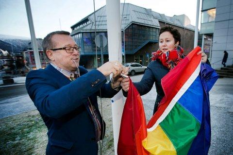FLAGG-TABBE: Tromsø kommune heiste ved en feiltakelse regnbueflagget 17. mai, men tok det ned da tabben ble oppdaget.  Dette bildet av ordfører Kristin Røymo ble tatt i forbindelse med Pride Parade i 2015. Til venstre festivalsjef Stein Fredriksen.