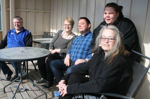 SYDENDRØM: Hittil er dette det nærmeste de kommer Syden. Nina Markussen (foran), Ine Victoria Olsen, Svein Ingar Koberg, Sissel Hansen og Bjørn Oven Nilsen ute på verandaen ved Finnsnes dagsenter.