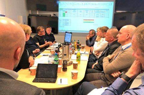 I TROMSØ: Her får helseminister Bent Høie en statusrapport fra klinikkoverlege Mads Gilbert og UNN-ledelsen.