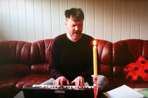 Øyvind Jacobsen Bjørkås framfører visa Ryddekompetanse (har du kurs) i en selvlaget video på YouTube.