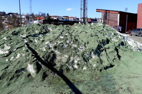 GRØNT: Snødungen ligger fortsatt, men det er likevel grønt ved grusbanen på Alfheim. Her ligger det store mengder granulat dumpet, noe Tromsø kommunes klima- og miljørådgiver reagerer sterkt på.