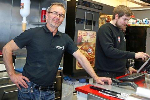 STARTET PÅ NY: Stig Mortensen, innhaver av Dekk-kiosken i Tromsdalen, er fornøyd med endringene han gjorde da han startet opp igjen. Foto: Astrid Øvre Helland
