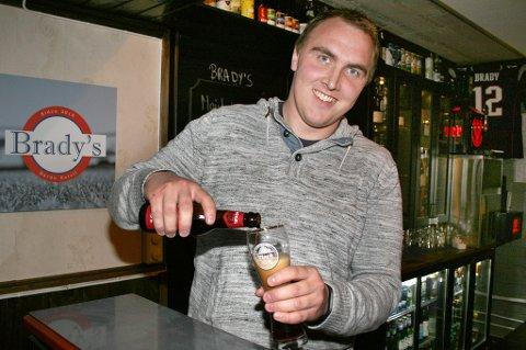 NY BAR: Resepsjonssjef Kjetil Johannes Sylte ønsker amerikanerne hjertelig velkommen til Brady's bar.