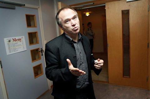 ANSVARLIG: Troms Fylkeskommune er innehaver av opplæringskonsesjonen i Ytre Jøvik, som 3500 laks rømte fra i fjor. Fylkesutdanningssjef Sedolf Slettli kan få boten fra fiskeridirektoratet, men hevder den er gitt på uriktig grunnlag.