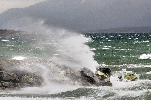 UVANLIG FOR ÅRSTIDEN: I ettermiddag og kveld kan det bli storm på kysten av store deler av Nord-Norge.