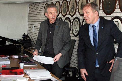 ANMELDTE: Rådmann Bjørn Fredriksen (til venstre) og ordfører Geir-Inge Sivertsen (H) da kommunestyret behandlet saken i mars.