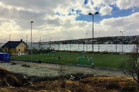 Nå bygger Tromsø kommune støyskjerming mellom huset Reinen kunstgressbane i Tromsø. Foto: Stian Saur