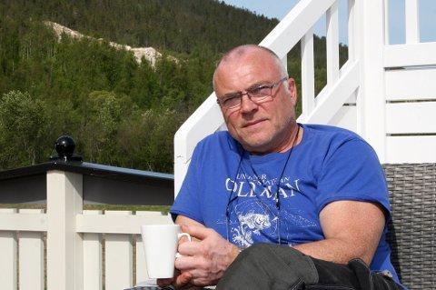 NABO: Jan-Arvid Myklevold på Krogseng sier at kosen ute på verandaen tidvis blir spolert av drifta i steinbruddet, som ligger i oppe i lia i bakgrunnen.