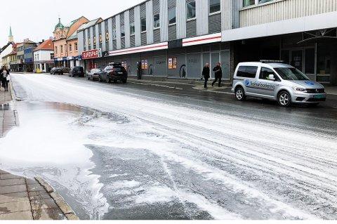 HVITT: Her er hele Storgata er dekket med skum. Foto: Astrid Øvre Helland.