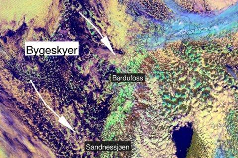 I Norskehavet står bygeskyene i kø inn mot Nord-Norge, og til dels Midt-Norge. Det gir regn, sludd og snø hele denne uken fra Finnmark i nord til Trøndelag og Møre og Romsdal i sør. Illustrasjon: Meteorologisk institutt