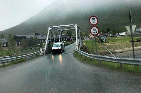 Denne brua valgte sjåføren å krysse med vogntoget. Skiltene viser tydelig at man ikke skal kjøre over brua med kjøretøy over ti tonn. Bilen på bildet har har ingenting med saken å gjøre. Foto: Statens vegvesen