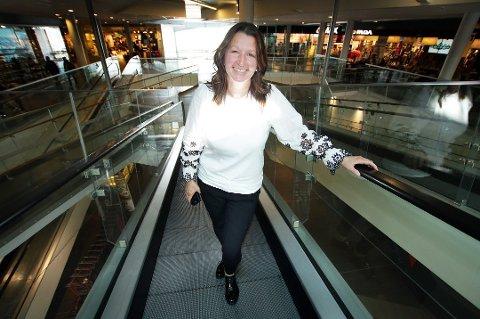 KAN SMILE: Senterleder Laila Myrvang gleder seg over økt omsetning første halvår.