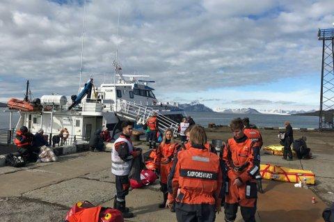 SKADD: 34 personer ble skadd da en turistbåt krasjet i kaia i Barentsburg. Foto: Sysselmannen