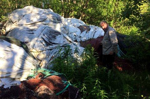 KRITISK: Kurt Oddekalv krever opprydding etter at mandag besøkte det gamle lakseslakteriet på Bakkeby i Nordreisa.