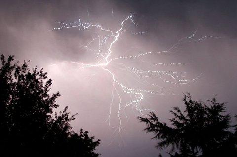 KAN GJØRE SKADE: Lyden beveger seg med en fart på rundt 330 meter i sekundet. Tar det tre sekunder fra lynet sees til det tordner er du cirka en kilometer unna. 70 prosent av skader forårsaket av lyn, skjer i juni, juli og august.