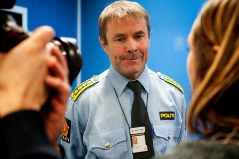 TILBAKEHOLDEN: Politiet, her ved påtaleleder Einar Sparboe Lysnes, har foreløpig gitt lite opplysninger om etterforskningen der to advokater i Tromsø er siktet for grov narkokriminalitet. Her er Lysnes på en pressekonferanse på politihuset i Tromsø i forbindelse med en annen sak.