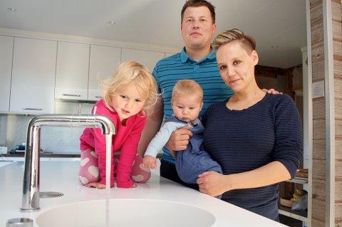 KOKEPÅBUD IGJEN: Ella (4) og lille Olav ser nysgjerrig på det ureine vannet sammen med pappa Eirik og mamma Janne Hamsund.
