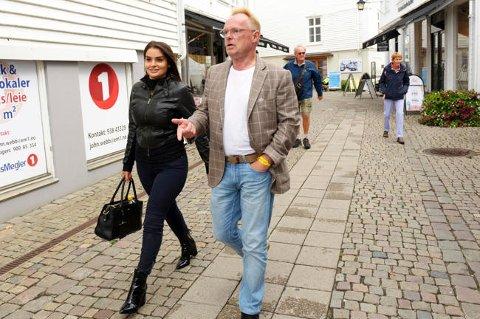 STILLER OPP: Per Sandbergsammen medhans norsk-iranske kjæreste Bahareh Letnes i Mandal sentrum fredag. Foto: Espen Sand / NTB scanpix