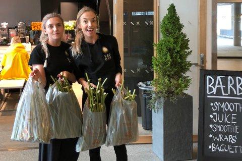 BRA MED RABARBRA: Ansvarlige for bærmottaket: Vibeke Hansen og Kamilla Nylund, med hendene fulle av rabarbra. Foto: Privat