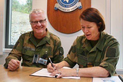 SJEFEN: Sjef i Luftforsvaret, Tonje Skinnarland, tilskriver sjef ved 131 Luftving i Sørreisa, Stig Jonny Haugen, ansvaret for alle som kommer fra Cyberforsvaret. Det liker han godt.