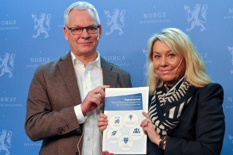 Utvalgsleder Terje P. Hagen overleverer ekspertutvalgets rapport om nye oppgaver til fylkeskommunene til kommunal- og moderniseringsminister Monica Mæland.