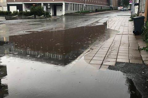 VANNDAM: Etter regnfall blir det en stor dam i Storgata. Foto: Tromsø kommune/Gata mi