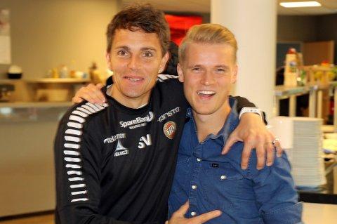 MØTES IGJEN: Simo Valakari i godt humør da Mikael Norø Ingebrigtsen besøkte Tromsø tidligere i sommer. Nå er 22-åringen tilbake, og da for å spille for TIL og Valakari igjen.