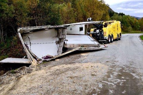 KNUST: Hengerskapet ble knust i ulykken på fylkesvei 868 i Storfjord. Tidlig mandag ettermiddag var bilberging på stedet for å fjerne resten av dyretransporten. Foto: Nordlys-tipser