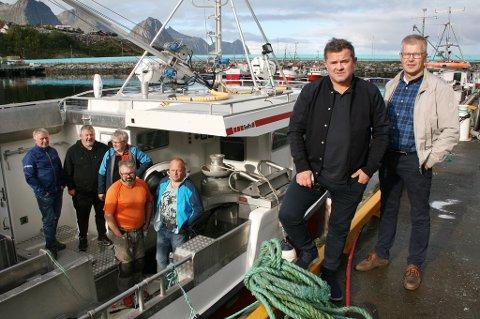 NOK NÅ: Fiskere og fiskebåteiere motsetter seg mer oppdrett i Øyfjorden. Fra høyre: Trond Berntsen, Rolf-Bjørnar Tøllefsen, Øystein Skogli, Lars Terje Pettersen, Reidar Eriksen, Tommy Larsen og Ståle Pettersen.
