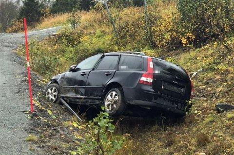 SKADD: Bilen fikk store skader under utforkjøringen. Mannskap leter nå etter sjåføren.